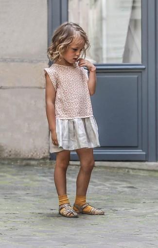 Comment porter: robe argentée, sandales argentées, chaussettes moutarde