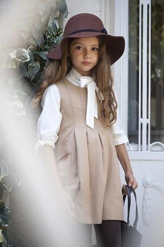 Comment porter: robe beige, t-shirt à manche longue blanc, chapeau bordeaux, collants marron foncé