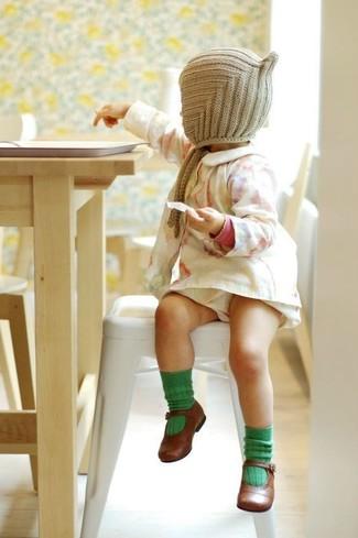 Comment porter: robe blanche, ballerines marron, bonnet beige, chaussettes vertes