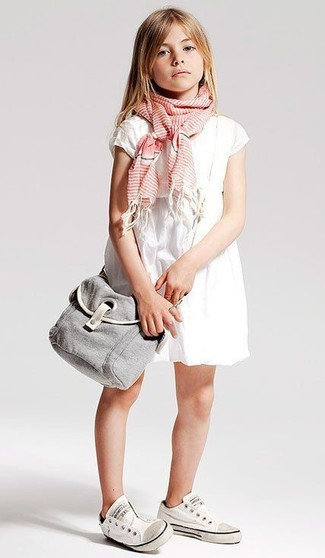 Comment porter: robe blanche, baskets blanches, écharpe rose