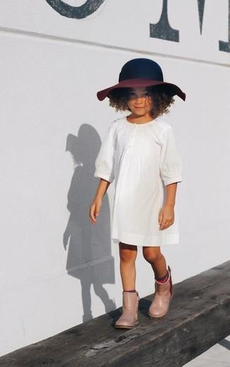 Comment porter: robe blanche, bottes de pluie beiges, chapeau bleu marine