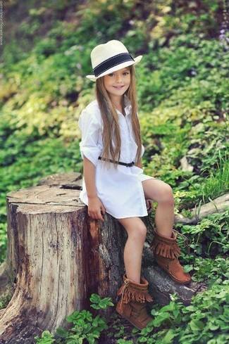 Comment porter: robe blanche, bottes ugg marron, chapeau blanc