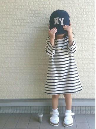 Comment porter: robe à rayures horizontales blanche et noire, sandales blanches, casquette de base-ball bleu marine, chaussettes blanches