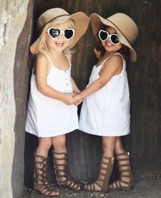Comment porter: robe blanche, sandales marron, chapeau beige