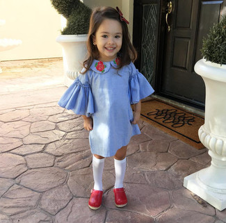 Comment porter: robe bleu clair, ballerines rouges, chaussettes blanches