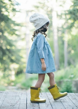 Comment porter: robe bleu clair, bottes de pluie jaunes, bonnet blanc