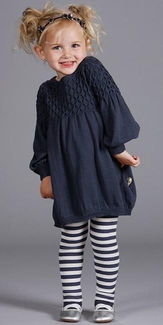 Comment porter: robe bleu marine, ballerines argentées, bandeau noir, collants bleu marine