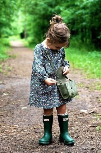 Comment porter: robe bleu marine, bottes de pluie vert foncé