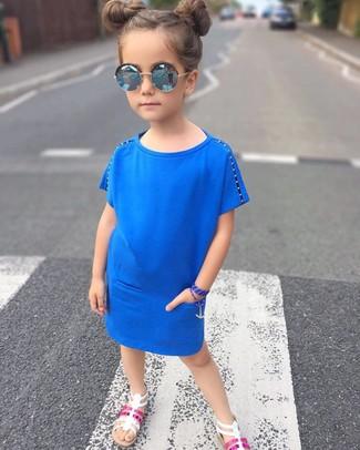 Comment porter: robe bleue, sandales blanches, lunettes de soleil bleues