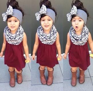 Comment porter: robe bordeaux, bottes marron, écharpe grise