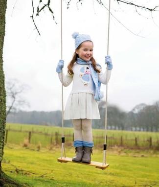 Comment porter: robe brodée blanche, bottes marron foncé, gants bleu clair, bonnet bleu clair