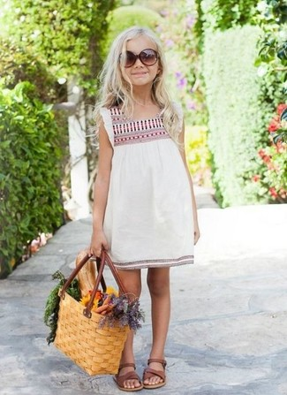 Comment porter: robe brodée blanche, sandales marron