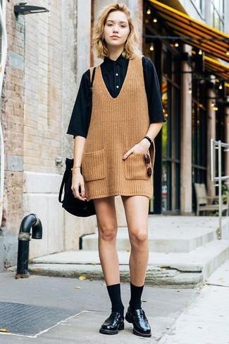 Comment porter: robe chasuble en tricot marron clair, chemise boutonnée à manches courtes en denim noire, slippers en cuir noirs, sac bourse en daim noir