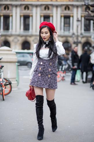Comment porter des cuissardes en daim noires: Pense à porter une robe chasuble en tweed bleu marine et un chemisier à manches longues blanc pour achever un style chic et glamour. Une paire de des cuissardes en daim noires ajoutera de l'élégance à un look simple.