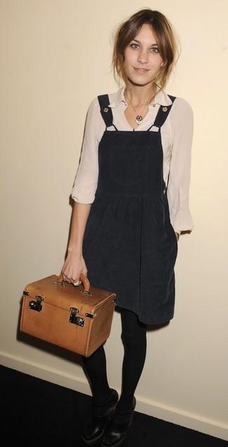 Comment porter: robe chasuble noire, chemisier à manches longues beige, escarpins en cuir découpés noirs, sac à main en cuir tabac