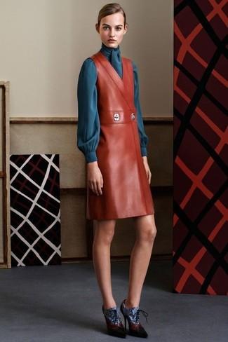 Comment porter: robe chasuble en cuir tabac, chemisier à manches longues bleu canard, bottines à lacets en cuir bleues