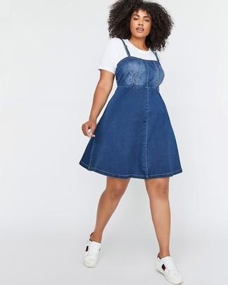 Comment porter: robe chasuble en denim bleue, t-shirt à col rond blanc, baskets basses en cuir blanches
