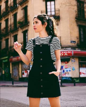 Comment porter: robe chasuble en denim noire, t-shirt à col rond à rayures horizontales blanc et noir