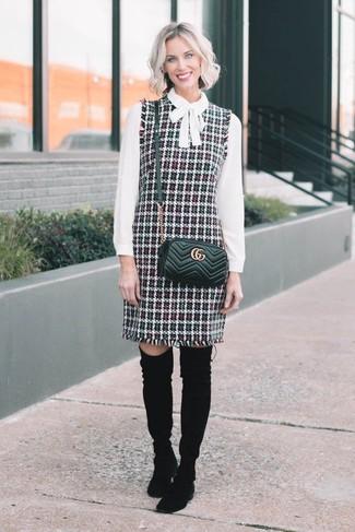 Comment porter: robe chasuble en tweed multicolore, chemisier à manches longues blanc, cuissardes en daim noires, sac bandoulière en cuir matelassé noir
