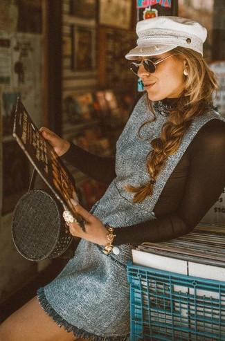 Comment porter: robe chasuble en tweed grise, t-shirt à manche longue en tulle noir, sac fourre-tout de paille noir, casquette plate blanche