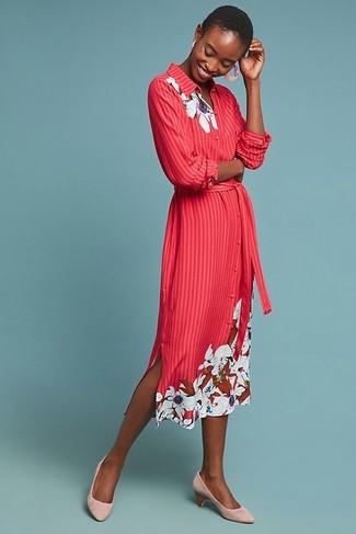 Comment porter: robe chemise à fleurs rouge, escarpins en daim roses, boucles d'oreilles roses