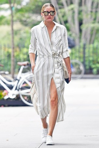 Tenue de Olivia Palermo: Robe chemise à rayures verticales blanche, Baskets basses blanches, Pochette en daim beige, Lunettes de soleil marron foncé