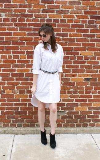 Comment porter: robe chemise blanche, bottines en daim noires, ceinture en cuir imprimée serpent grise, lunettes de soleil marron foncé