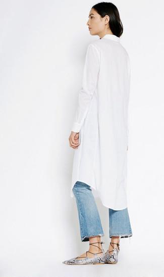 Comment porter: robe chemise blanche, jean flare déchiré bleu, sandales spartiates en cuir imprimées serpent grises