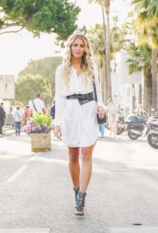 Tendances mode femmes: Pense à opter pour une robe chemise blanche pour créer un style chic et glamour. Cet ensemble est parfait avec une paire de des sandales à talons en cuir noires.