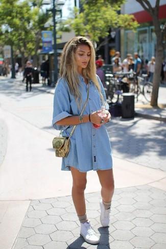Comment porter: robe chemise en denim bleu clair, baskets montantes en toile blanches, sac bandoulière en cuir doré, chaussettes beiges