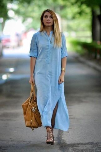 Comment porter: robe chemise bleu clair, sandales spartiates en cuir marron, sac fourre-tout en cuir marron clair, bracelet doré