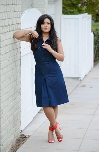 Comment porter: robe chemise bleu marine, sandales à talons en cuir rouges