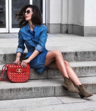Tendances mode femmes: Porte une robe chemise en denim bleue et tu auras l'air d'une vraie poupée. Cet ensemble est parfait avec une paire de des bottines en daim olive.