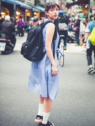 Comment porter: robe chemise à rayures verticales bleue, sandales plates en toile noires, sac à dos noir, chaussettes blanches