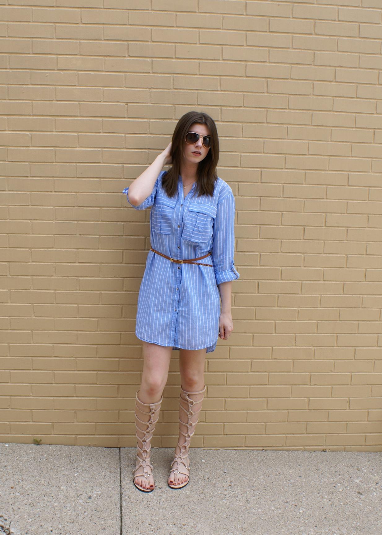 Tenue: Robe chemise à rayures verticales bleue, Sandales
