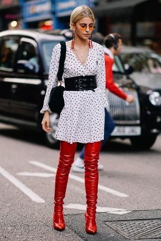 Comment porter: robe chemise á pois blanche et noire, cuissardes en cuir rouges, sac bandoulière en fourrure noir, ceinture serre-taille noire