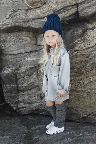 Comment porter: robe grise, chemise de ville en denim grise, baskets blanches, bonnet bleu marine