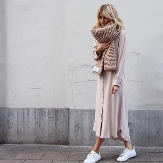 Comment porter: robe chemise en chiffon beige, baskets basses en cuir blanches, écharpe en tricot beige