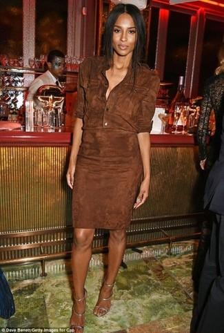 Comment porter: robe chemise en daim marron foncé, sandales à talons en cuir argentées