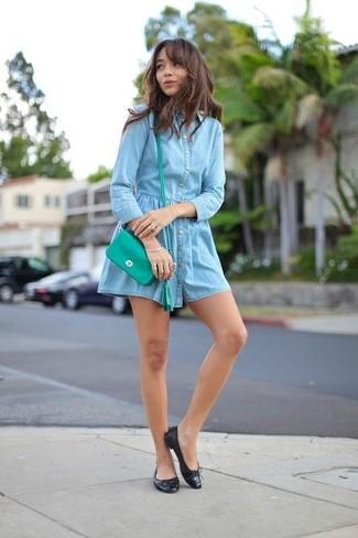 Comment porter: robe chemise en denim bleu clair, ballerines en cuir noires, sac bandoulière en cuir vert