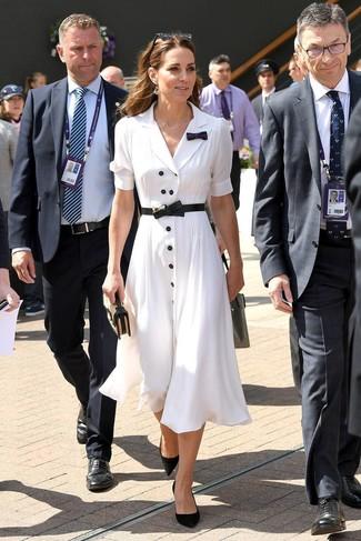 Comment porter des escarpins en daim noirs: Pense à porter une robe chemise blanche pour affronter sans effort les défis que la journée te réserve. Termine ce look avec une paire de des escarpins en daim noirs.