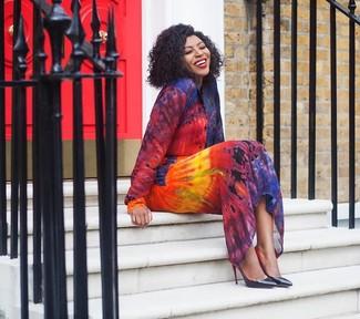 Comment porter: robe chemise imprimé tie-dye multicolore, escarpins en cuir noirs
