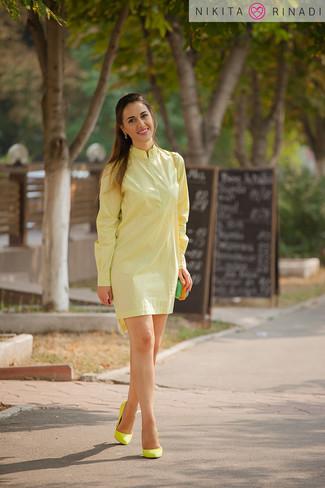 Comment porter des boucles d'oreilles vert menthe: Pense à opter pour une robe chemise jaune et des boucles d'oreilles vert menthe pour un look confortable et décontracté. Assortis ce look avec une paire de des escarpins en daim jaunes.