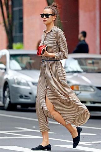 Comment porter une robe chemise: Pense à opter pour une robe chemise pour une tenue raffinée mais idéale le week-end. Fais d'une paire de des slippers en daim noirs ton choix de souliers pour afficher ton expertise vestimentaire.