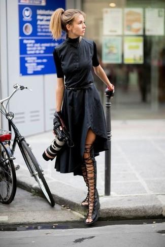 Comment porter: robe chemise noire, sandales spartiates hautes en cuir noires, gants en cuir noirs