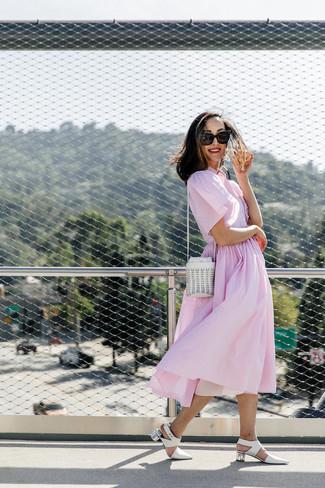 Comment porter: robe chemise à rayures verticales rose, escarpins en cuir blancs, sac bourse en cuir blanc, lunettes de soleil noires