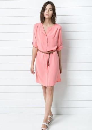 aab9ce63f12e Tenue  Robe chemise rose, Sandales plates en cuir blanches, Ceinture en  cuir tressée marron   Mode femmes   Lookastic France