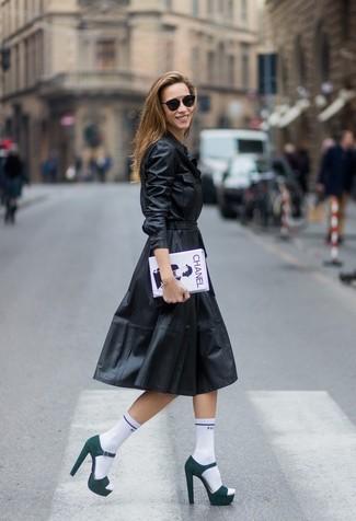 Comment porter: robe chemise en cuir noire, sandales à talons en daim vert foncé, pochette imprimée blanche et noire, chaussettes blanches