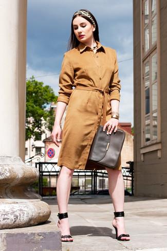 Comment porter: robe chemise en daim marron clair, sandales à talons en cuir noires, sac bandoulière en cuir marron foncé, écharpe imprimée beige