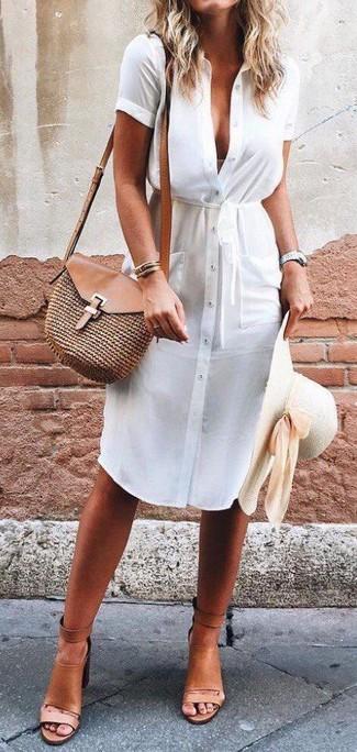 Comment porter: robe chemise blanche, sandales à talons en cuir marron clair, sac bandoulière de paille marron, chapeau de paille beige